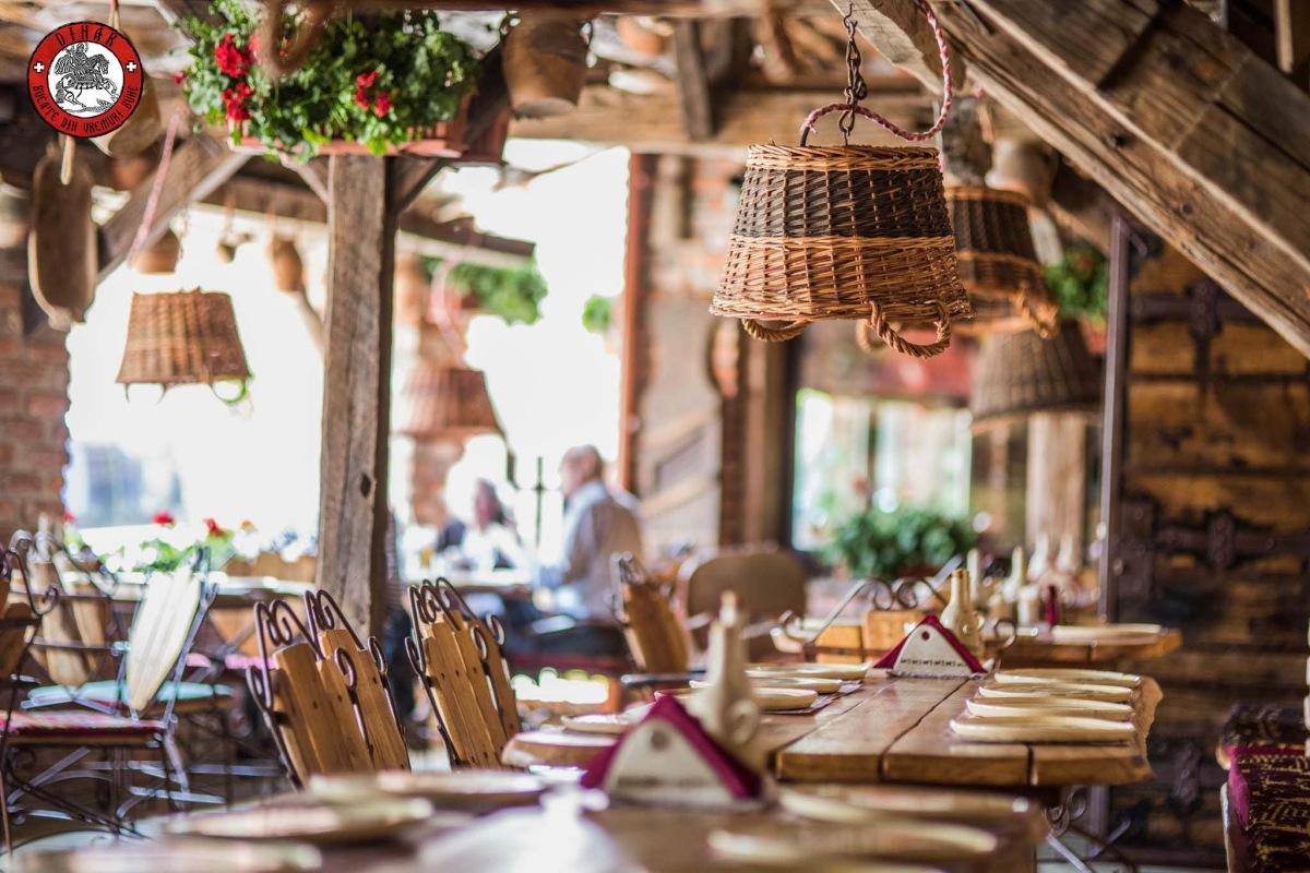 Restaurant Dinar - masă în stil tradiţional